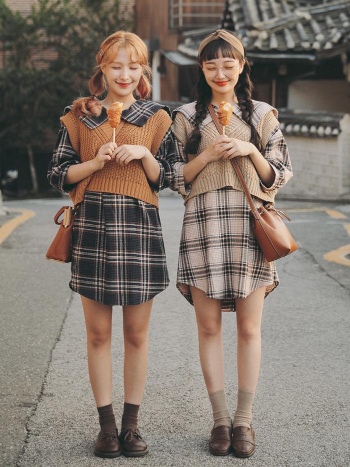 phối áo len cardigan với váy