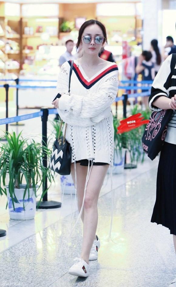 phối áo len dáng dài củng chân váy mini