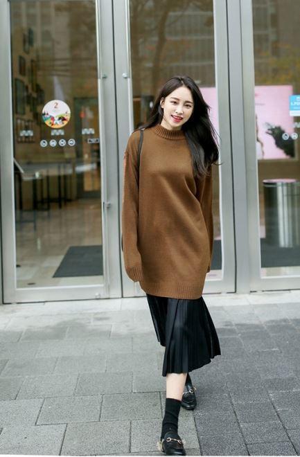 phối áo len dáng dài với chân váy suông