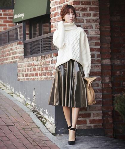 phối áo len dáng dài với chân váy midi