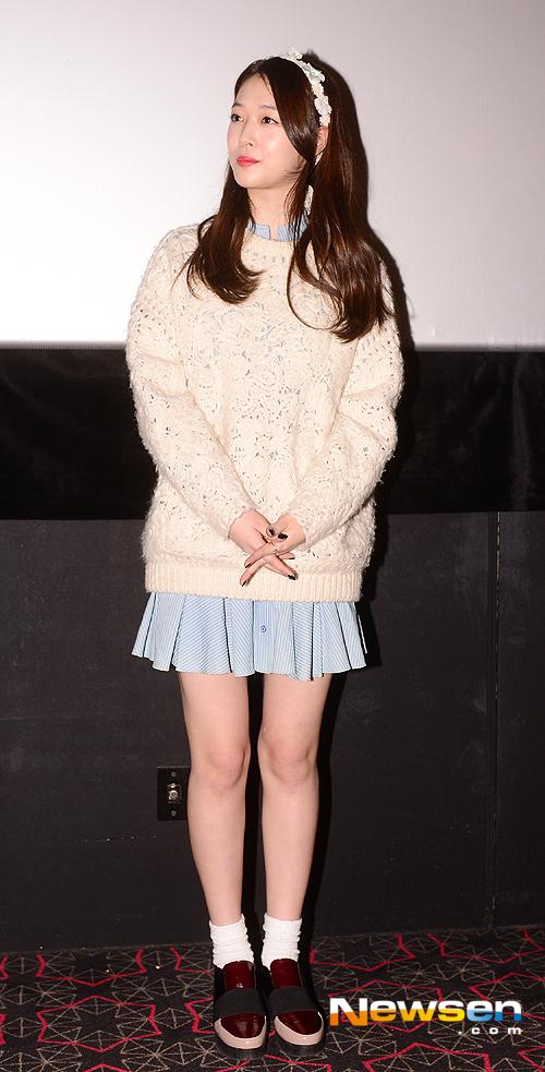 phối áo len dáng dài cùng chân váy ngắn
