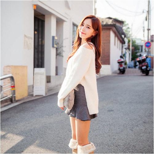 áo len hở vai mix chân váy ngắn
