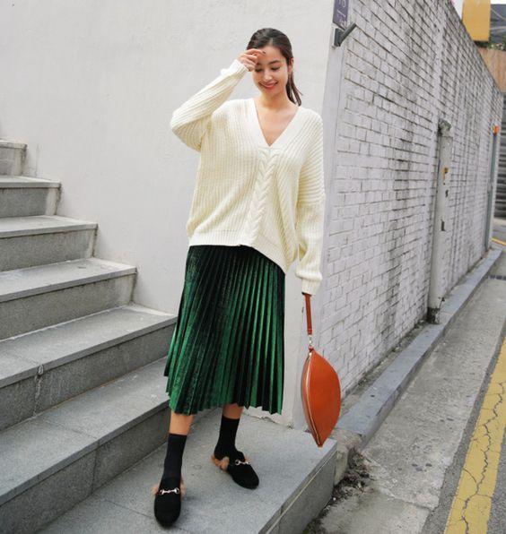 phối áo len rộng cùng chân váy midi